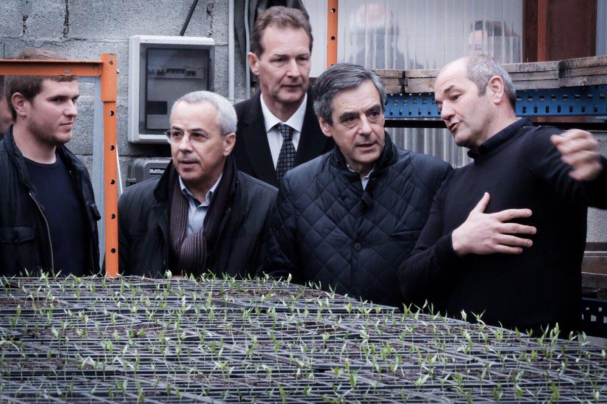 Visite d'une exploitation de #piment d'Espelette.  La baisse de charges que je propose permettra aux agriculteurs d'être plus compétitifs !