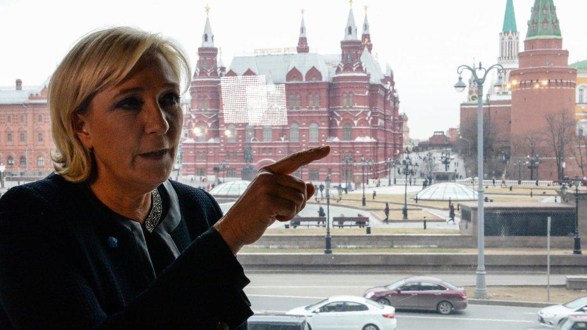 En Russie, Marine Le Pen pose en selfie avec un député homophobe et antisémite  https://t.co/EG4Gv5UBNb
