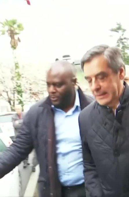 LIVE PRÉSIDENTIEL - 'En prison !' : des casseroles et des oeufs pour accueillir Fillon dans le Pays Basque https://t.co/Hfcnwyycz5