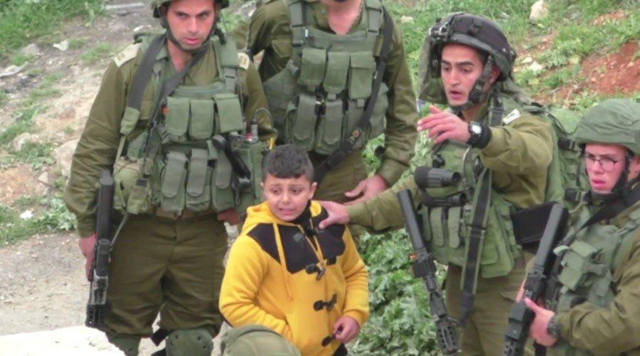 Des soldats israéliens de l'#Idf molestent un garçon #palestinien de huit ans accusé d'être un émeutier #Hebron https://t.co/A92yiMeT9N