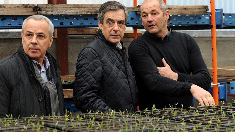 François Fillon accueilli par des jets d'œufs et des casseroles dans le Pays basque (IMAGES) https://t.co/HihuZ9Ykqr