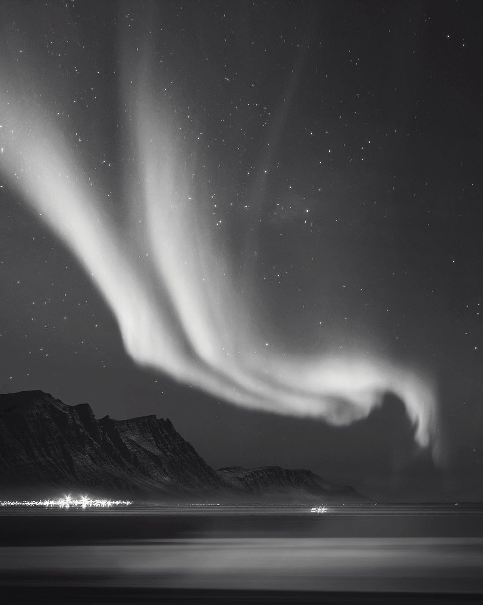 Pretty cool photo here, apparently taken in Iceland... Anyone been there before? https://t.co/wvPpJJBBZr https://t.co/0dy0qBtEJa