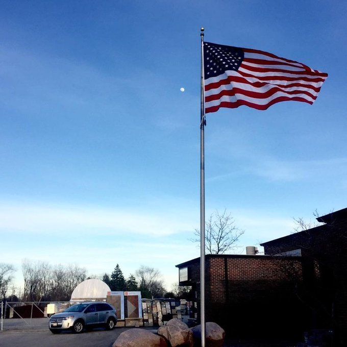 #AringtonHeights,IL #LurveyLandscape #USFlag highlighting the evening moon. Stone Guy knows how to fly. #40'Flagpo… https://t.co/RiEA2PSYue https://t.co/rZ4DknF5MC