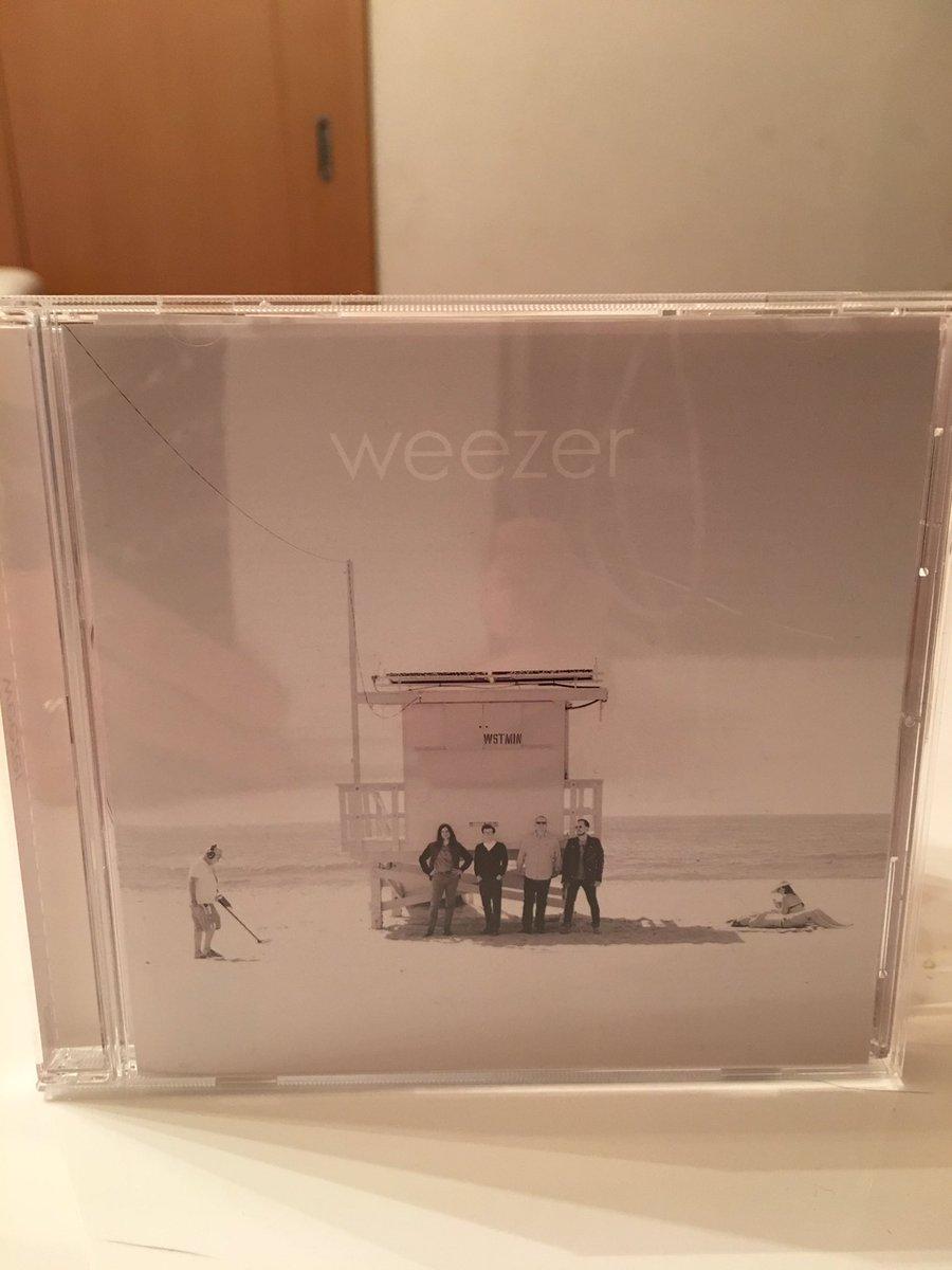 今日の一枚目。ウィーザーのWEEZER(WHITE ALBUM)。最高です。