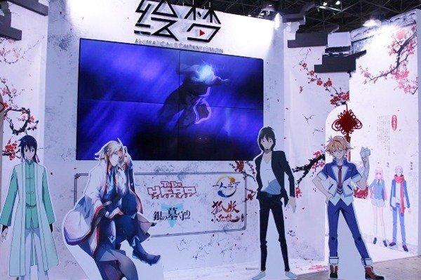 気鋭の制作会社・絵梦 AJブース出展で「霊剣山」「CHEATING CRAFT」など作品パネルを展示