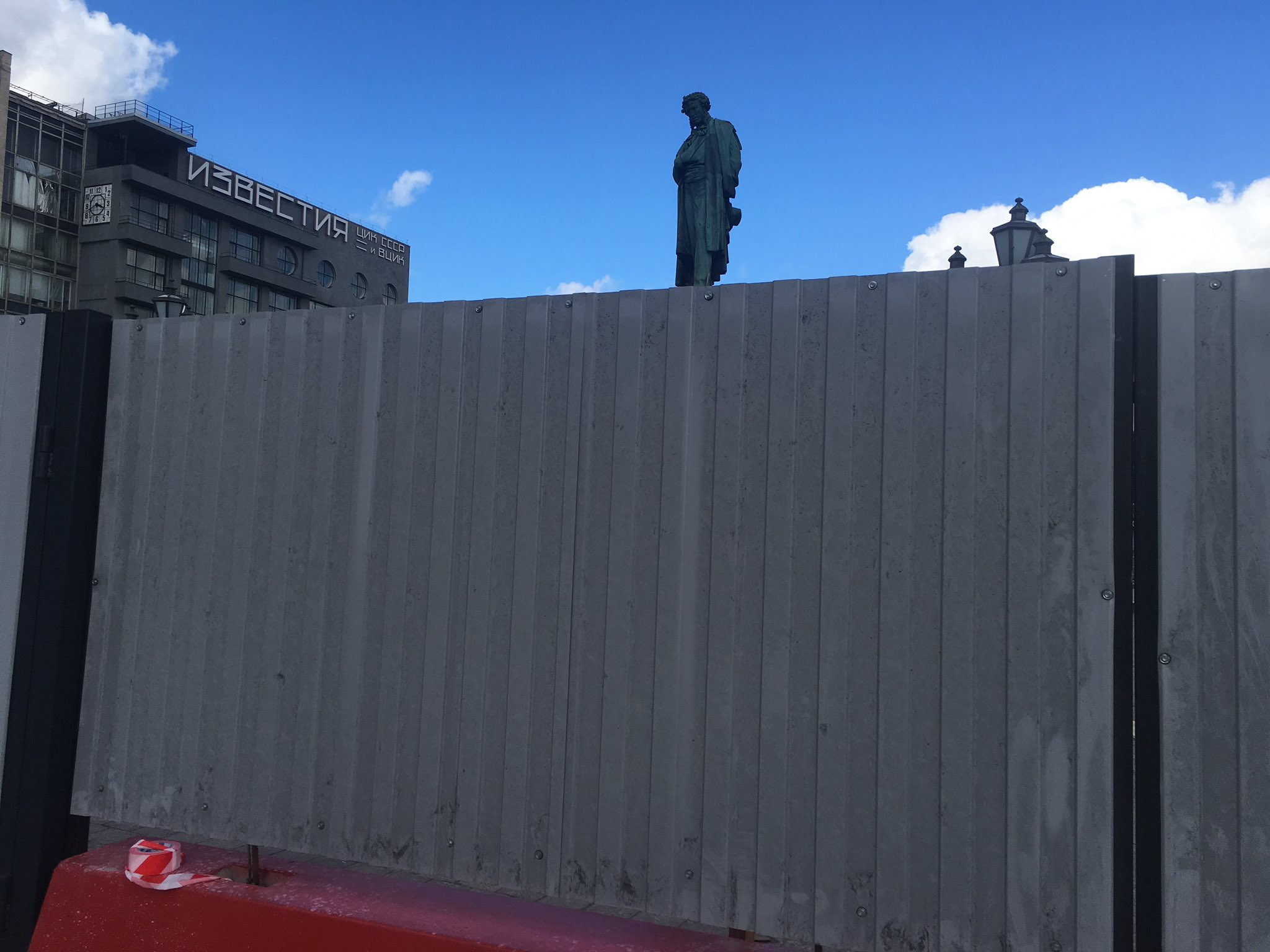 Moscow's Pushkin Square blocked off for 'reconstruction work', two days after anti-government protests here. https://t.co/EwYvzBvJEo