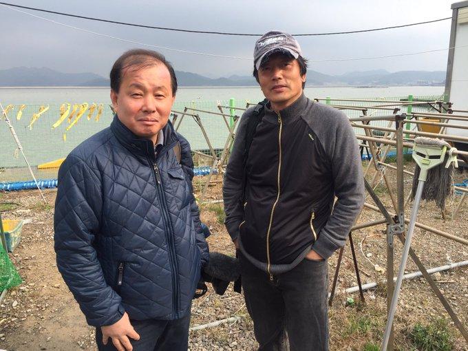 팽목항에 와 있습니다. 지금까지 모든 언론이 이곳에 시선을 두지 않을때 꾸준한 관심으로 미수습자 가족분들 곁에 있어준 언론을 소개해 드리고 싶습니다. 일본 NHK 취재진이었습니다.