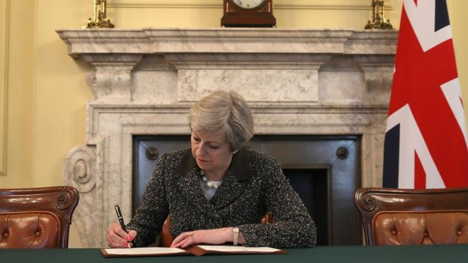Photo of Theresa May signing THE letter that will trigger Brexit when delivered tomorrow to the EU (pic: PA) https://t.co/SWmUmKcUXQ'