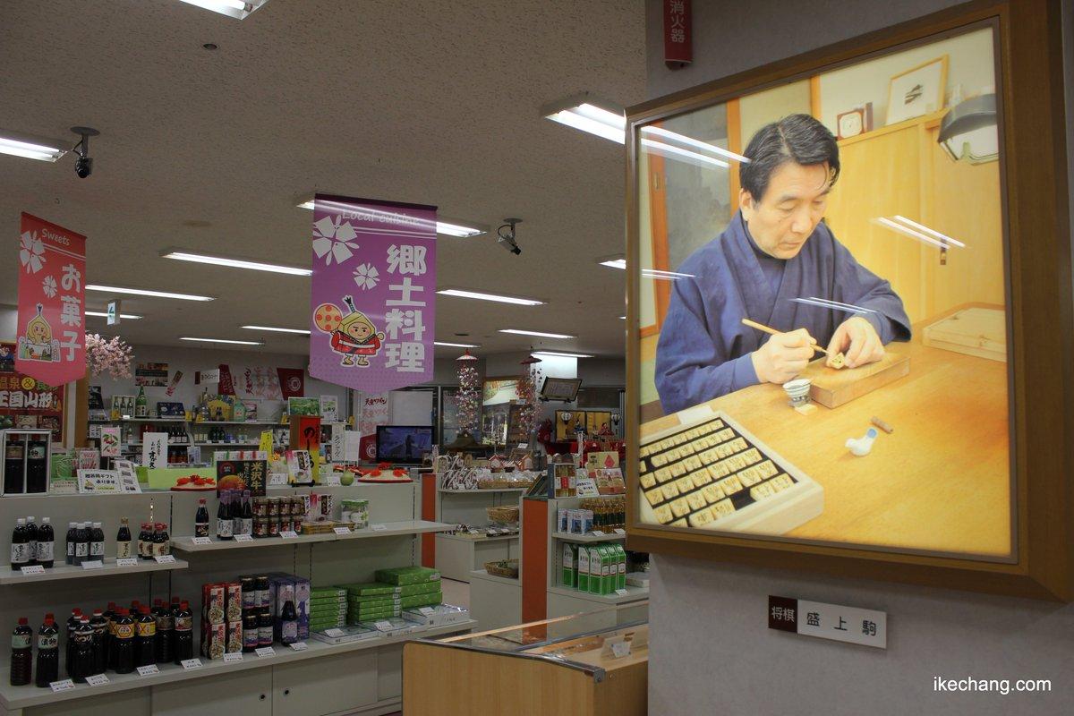 天童市がコラボ展開している漫画「 #3月のライオン 」の劇場版( #神木隆之介 さん主演)に、最高級の将棋駒「盛上駒」を