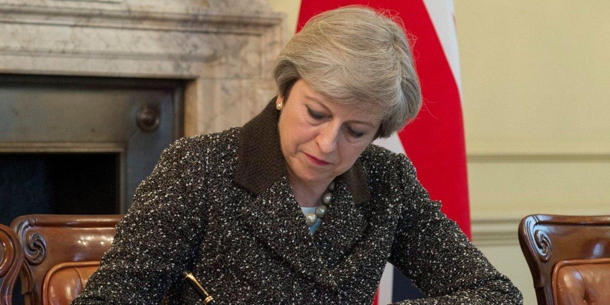 Theresa May signe la lettre du Brexit https://t.co/n8esmFpcqZ