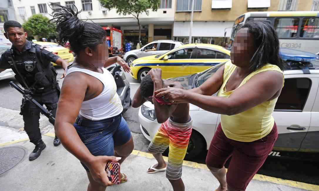 Mãe se desespera e bate em filho de 12 anos levado a delegacia por tráfico. https://t.co/lBP42UTIdC