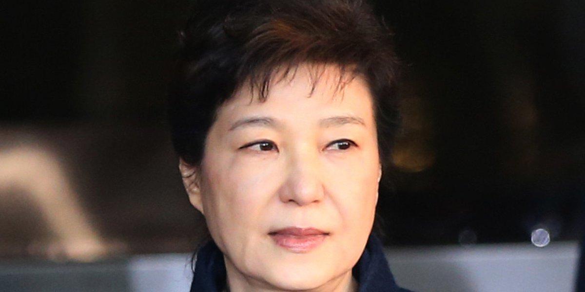 내일 영장실질심사를 앞둔 박근혜는 법원에 '포토라인에 안 서게 해달라'고 요청했다 https://t.co/oZOrEStzws
