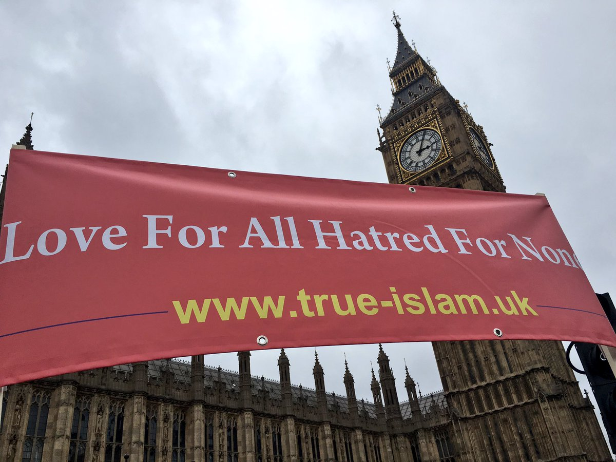 RT @amaukgallery: Ahmadiyya Muslim community banner at Westminster Bridge #westandtogether https://t.co/Khefz1pwDy