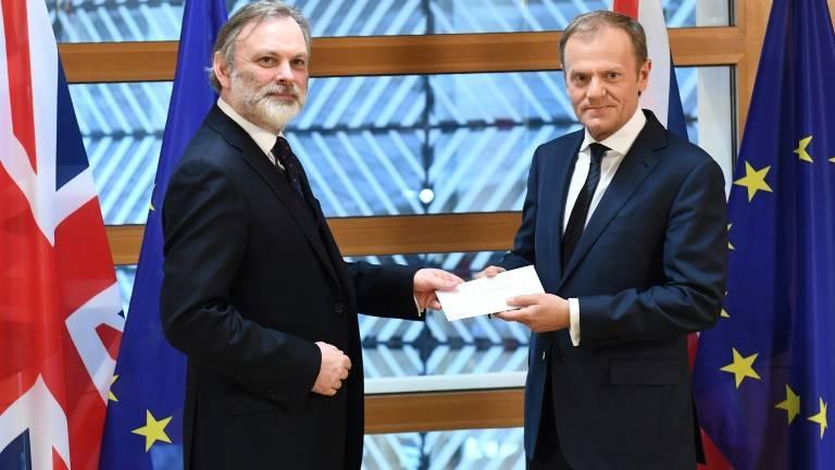Reino Unido entrega carta à UE que inicia processo do Brexit formalmente.
