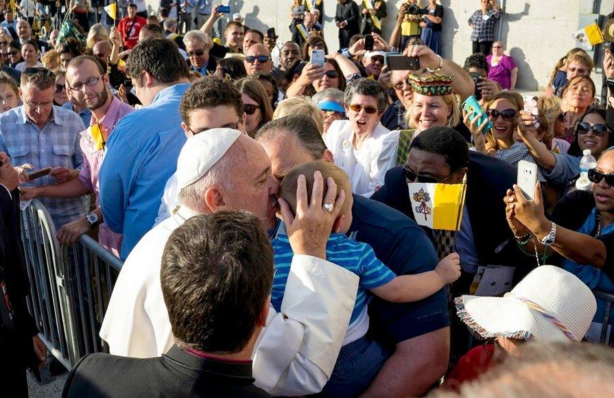 El hijo de un ultracatólico ya ha recibido más besos del Papa que de su propio padre