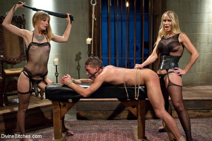 https://t.co/crRWmjniD6 @MonaWalesXXX @SimoneSonayXXX #strapon #pegging #femdom #threesome #milf #teasing