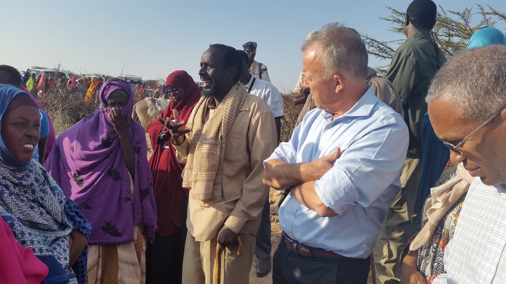 .@SRSGKeating meets w/ #Somaliland villagers at 1 of 8 UNICEF-funded water distribution sites for 2700 families in drought-hit rural areas https://t.co/p2vCe7lFnQ