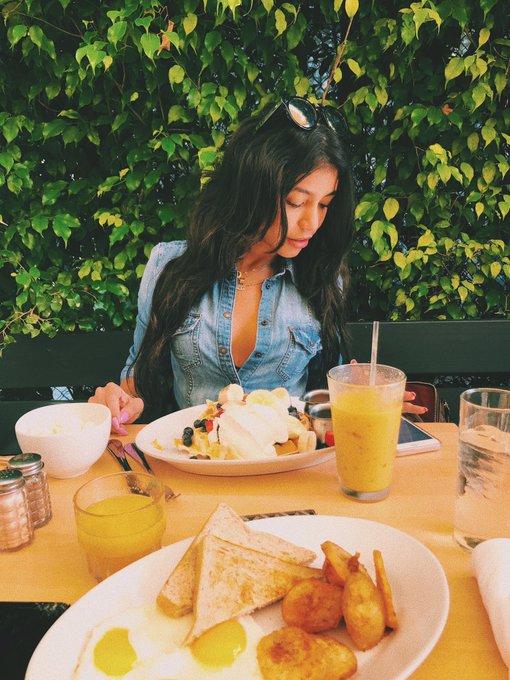 1 pic. #GoodMorning #BuenosDias #Breakfast #Desayuno 🥐🥓🥞🍌🍓🧀🍦 @VRodProductions https://t.co/CvrPpCybQp