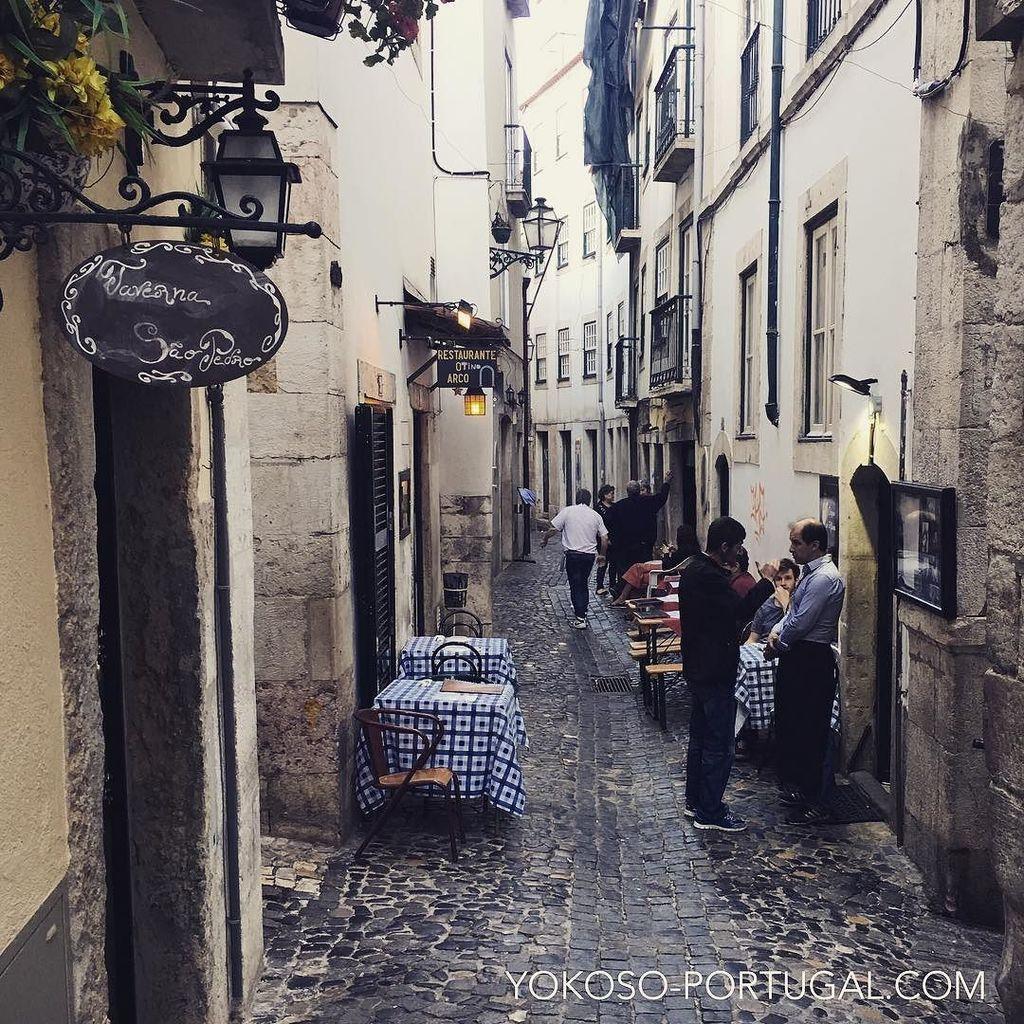 test ツイッターメディア - アルファマ地区のLargo do Chafariz de Dentro通り。この路地はファドレストランが軒を並べます。 #リスボン #ポルトガル https://t.co/AL4RB5ief8