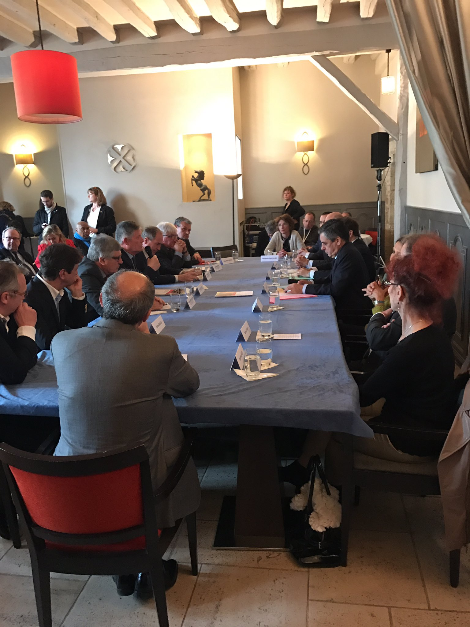 #Presidentielle2017 @Fed_Habillement table ronde à Provins sur la revitalisation des centres-villes avec F.Fillon https://t.co/ULFK2g6iZV