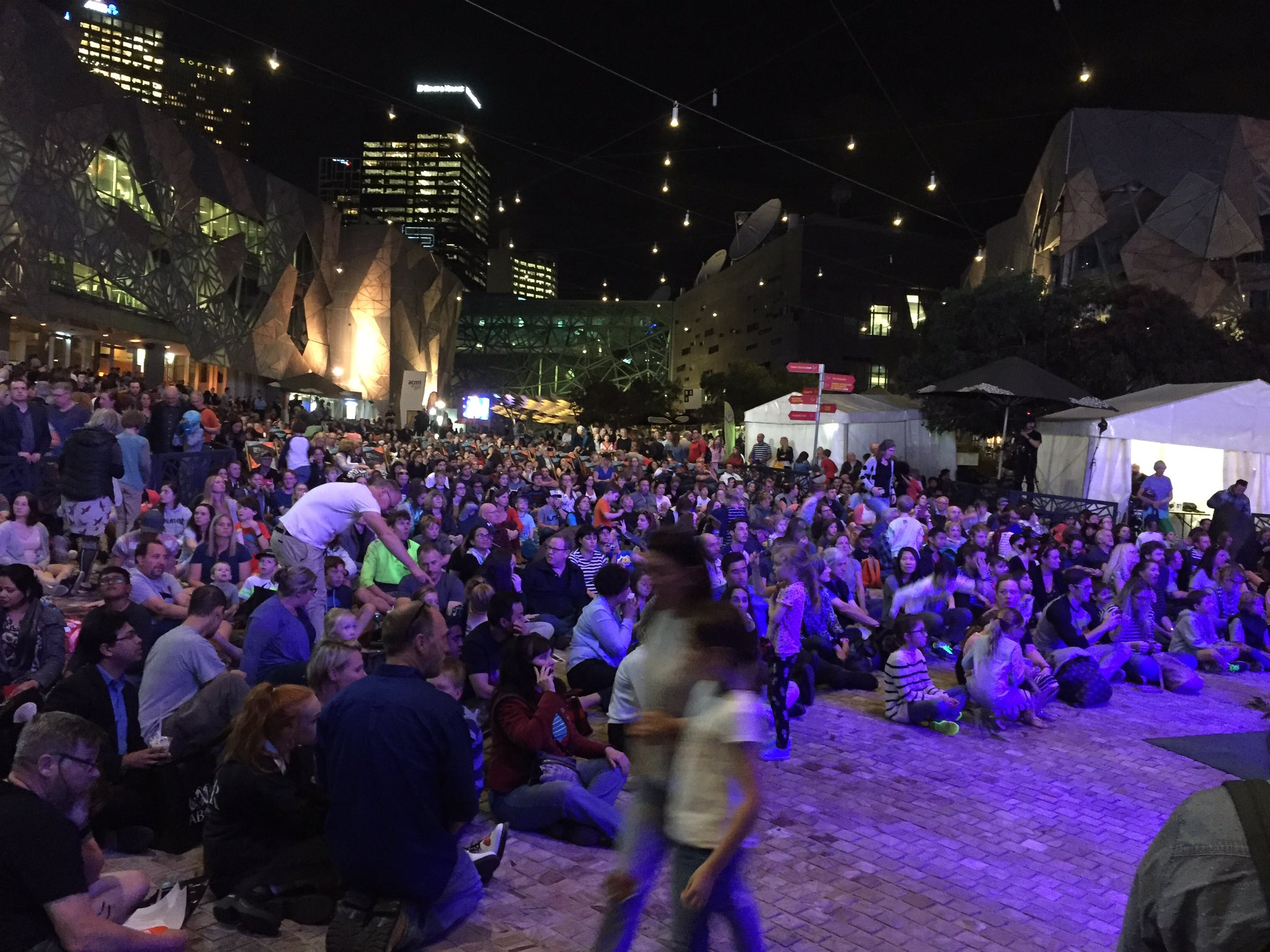 Fantastic crowd here at @FedSquare for #StargazingABC tonight! https://t.co/rb6rVua4BZ