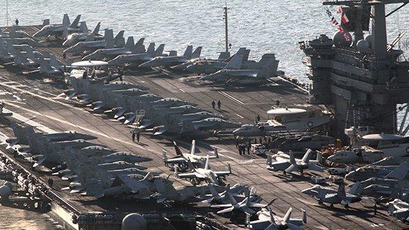 '거짓 행방' 논란 끝에 한국 해역으로 향하고 있는 미국의 핵 추진 항공모함 칼빈슨에서 전투기 착륙사고가 발생했습니다. https://t.co/RkEx265tzF