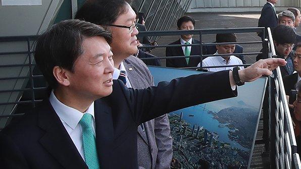 안철수 국민의당 대통령 선거 후보가 '김해 신공항을 확실하게 키우고, 부산을 명실상부한 동북아 해양수도로 만들겠다'고 밝혔습니다. https://t.co/4KLPPiNCNs