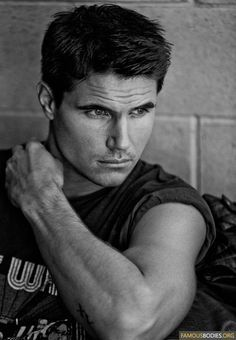 Happy Birthday to Robbie Amell!