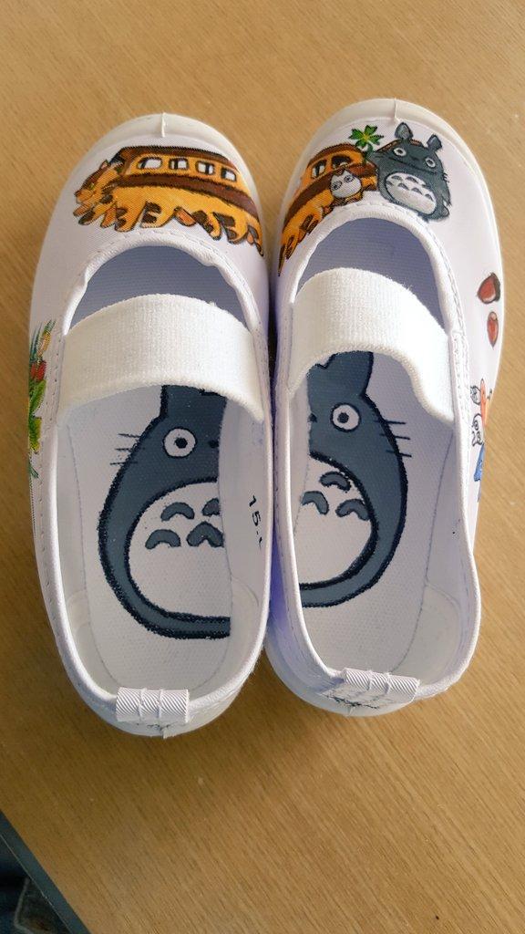 娘の上履きにアクリル絵の具で落書きしました。娘の大好きなトトロ♪(・∀・)左右揃えると猫バスがちょっとズレる(・_・、)