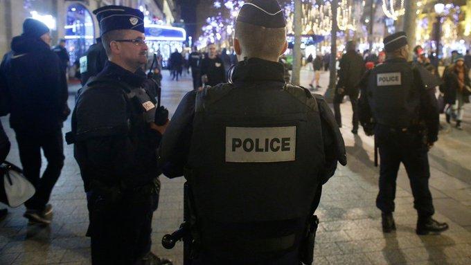 ALERTE INFO - Paris: des coups de feu tirés sur les Champs-Elysées, deux policiers blessés https://t.co/f0fWAEBM4S