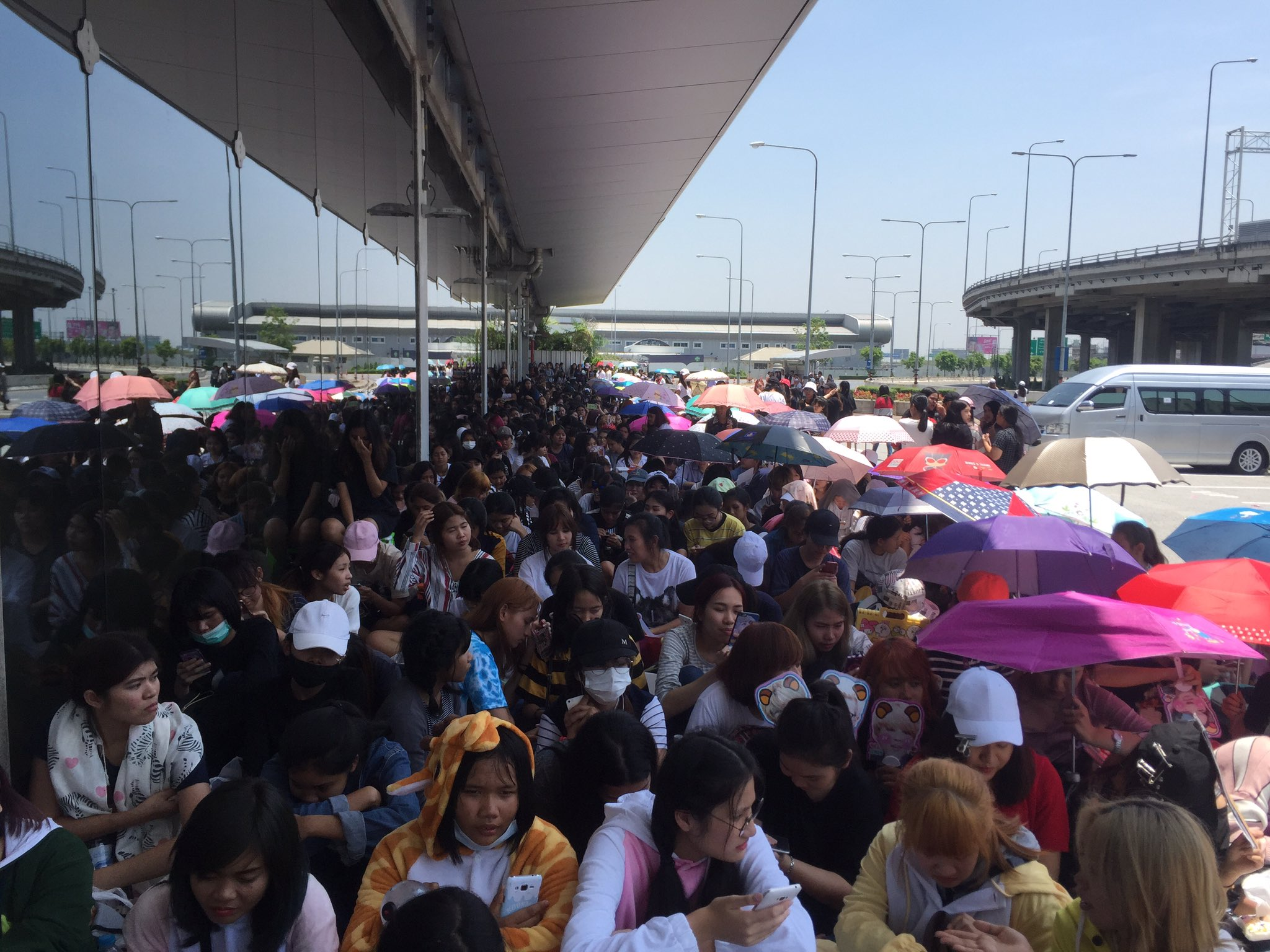 ไม่ธรรมดา .. #WelcomeBTStoThailand #WingsTourInBangkok https://t.co/DwyoHEvPqS