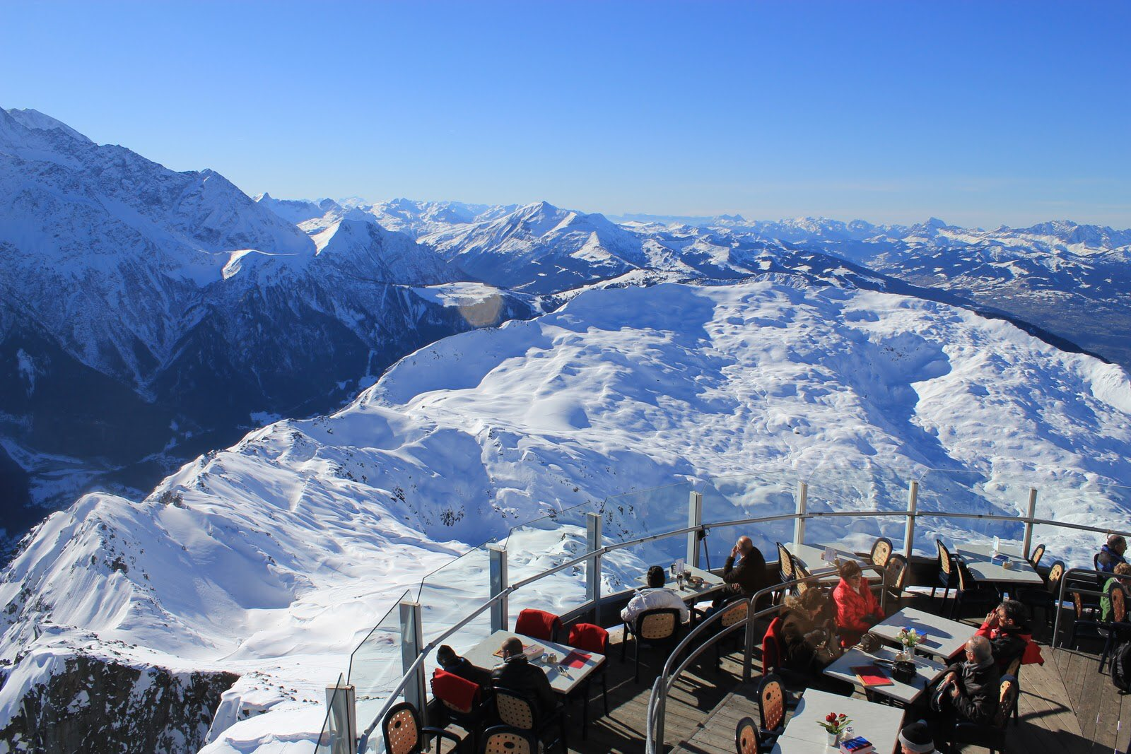 مطعم Le Panoramic في مرتفعات شامونيه في جبال الألب الفرنسية على ارتفاع 3000 متر فوق سطح البحر منظر يحبس الأنفاس لجماله ' #فرنسا #ثقف_نفسك https://t.co/e5O8Z5raLN
