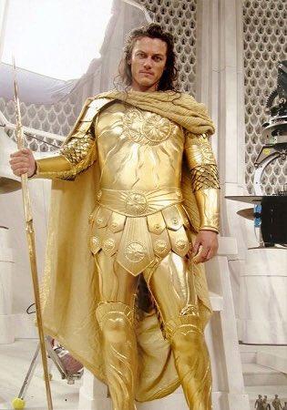タイタンの戦いでアポロン役だったけど製作陣が聖闘士星矢をリスペクトし過ぎて鎧のデザインが聖闘士星矢に引っ張られ過ぎてコイ