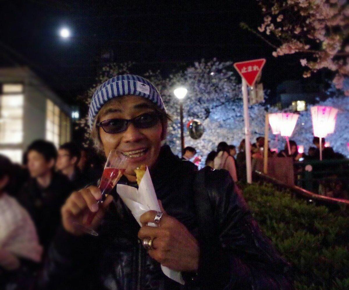 最後の夜桜!流行りのストロベリーシャンパン&トルコ(!?)風春巻きで乾杯🍷遠くでおぼろ月が🎵明日から「乱歩奇譚」
