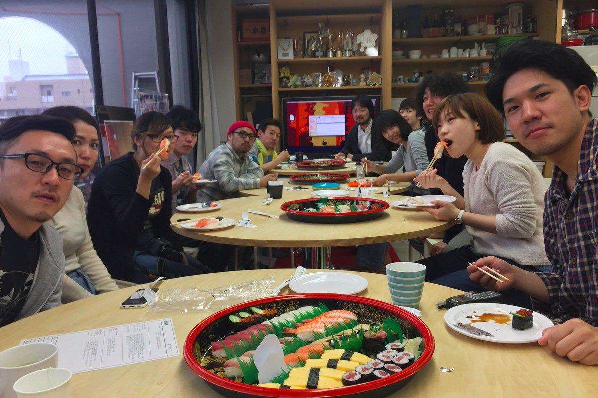 (#^.^#)  RT : 全スタッフで昼食を囲み今日のご飯は寿司!我らがSUSHI POLICEも間違った寿司がないか