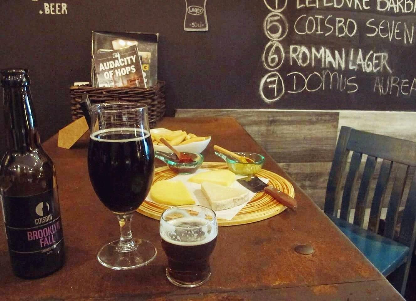 """#BeeBeer """"En Chueca se ofrece la mejor combinación de cervezas y quesos artesanales de Madrid ¡Disfrútalas!"""" #Coisbo https://t.co/aYVsygPR93"""