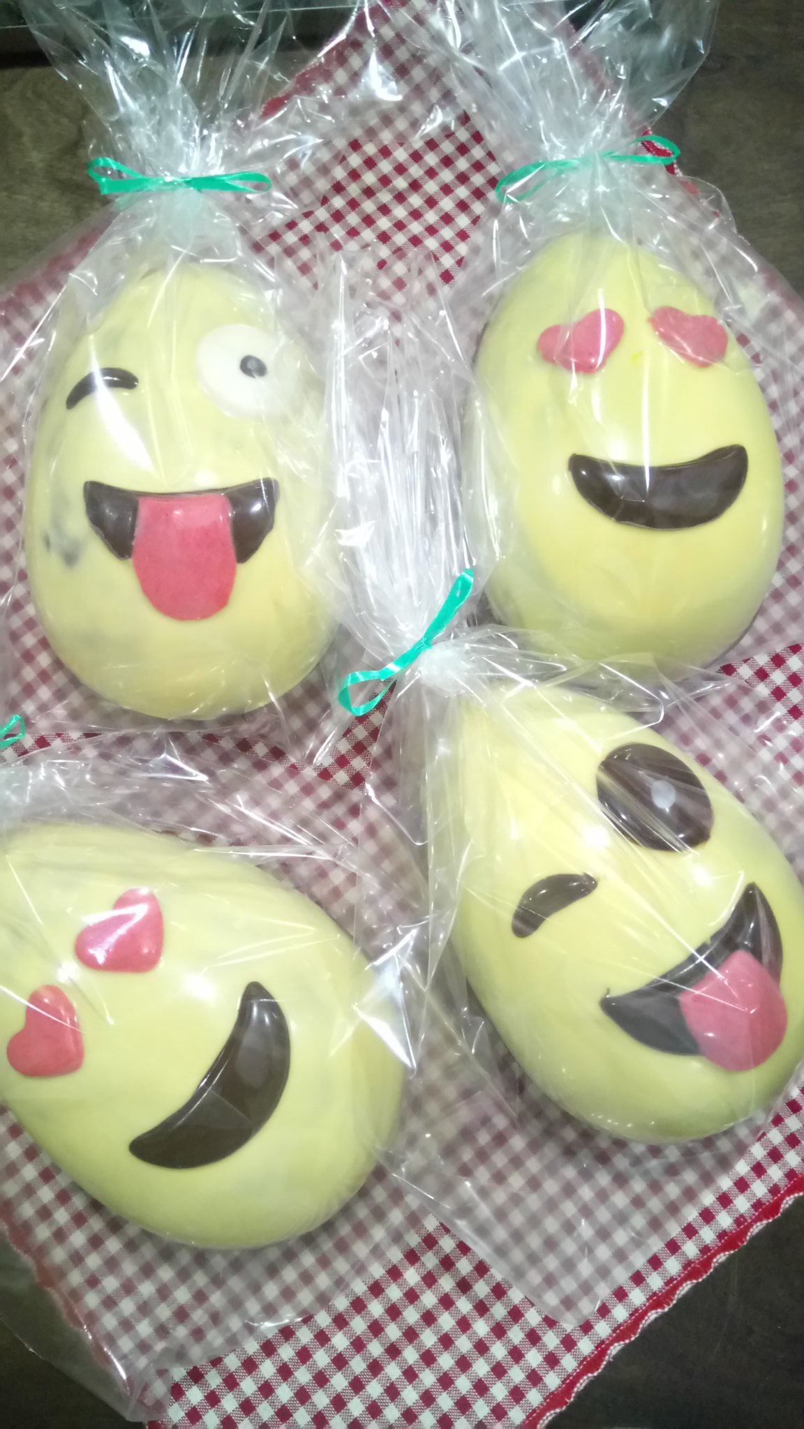 @cocinerosarg #TuHuevoDePascua Emoji divertidos!! 😍😋 https://t.co/hoZrDuIs4k