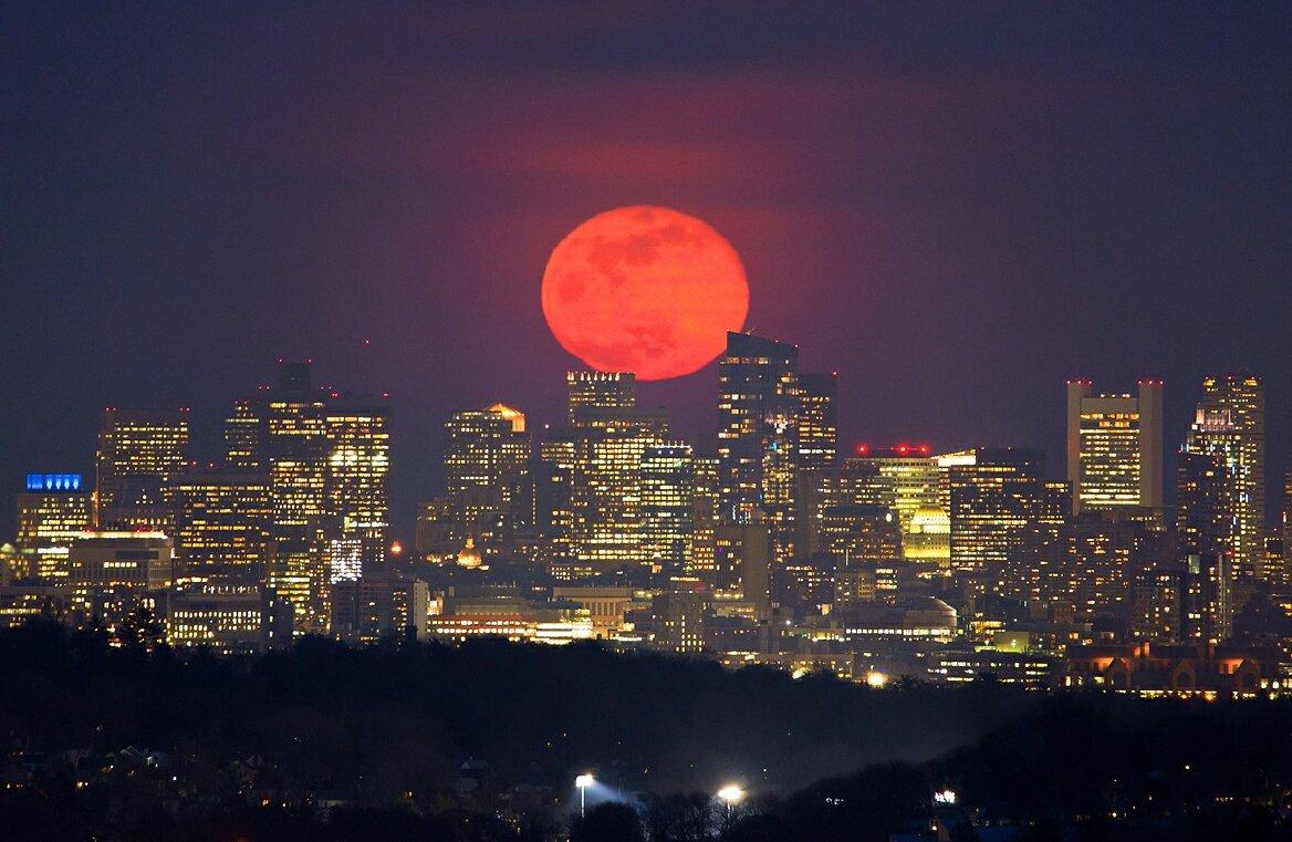 La Luna Rosa de hace dos días en fotografía de Chris Cookdesde Boston, Massachusetts, USA https://t.co/J7nTJmQ0J6