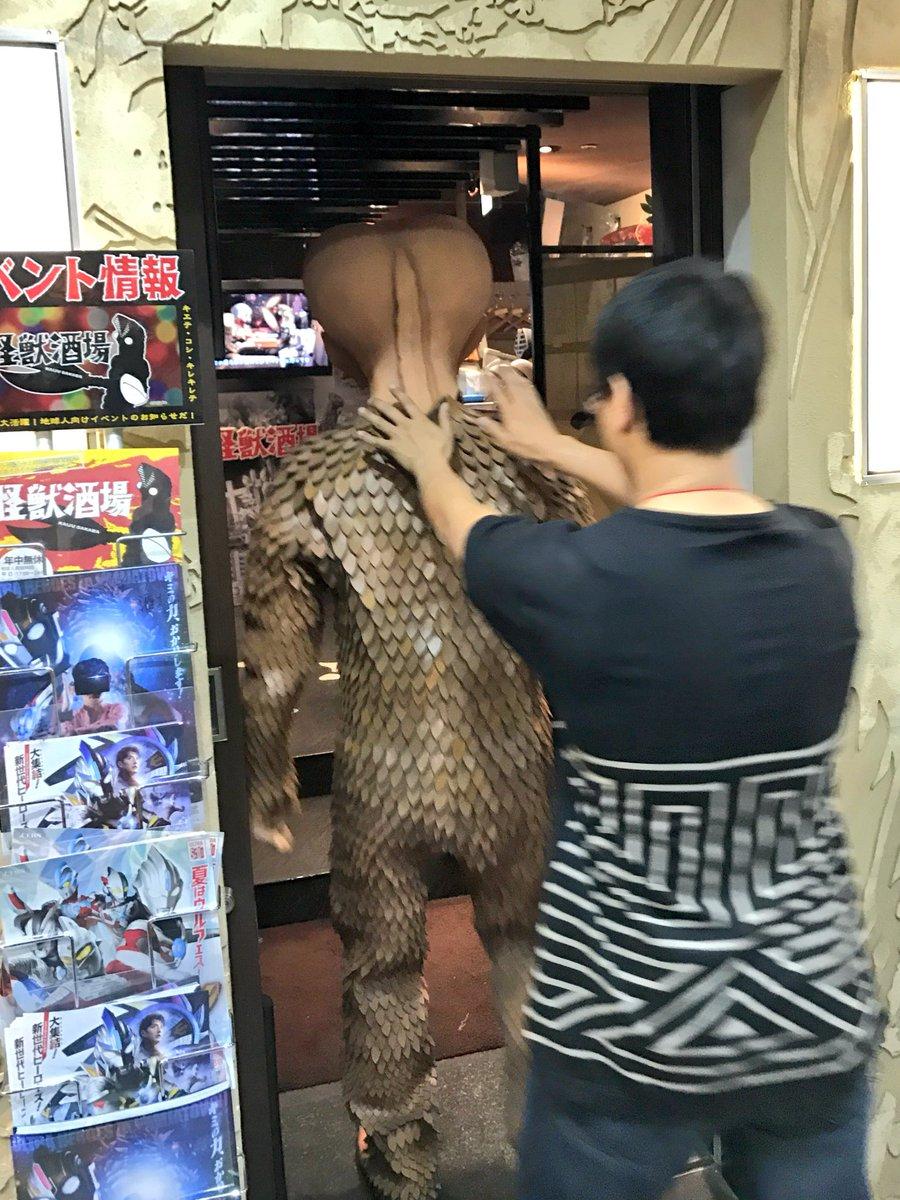 怪獣酒場の前を通ったら、たまたま店内に入るところのバド星人に遭遇した!!!通りすがりの宇宙帝王に握手してもらえるなんて、