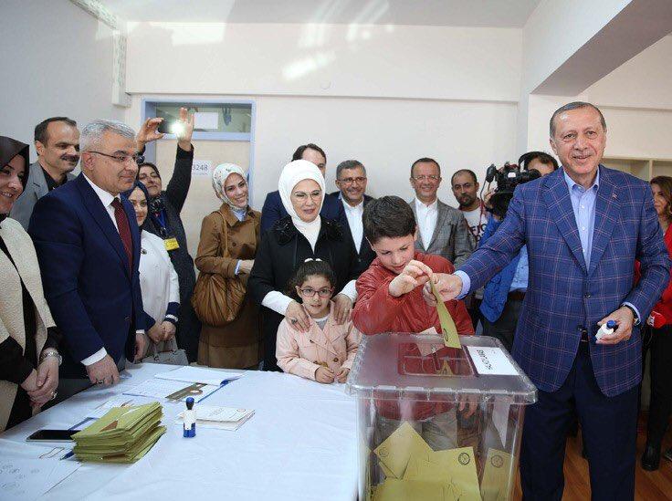 Cumhurbaşkanı Erdoğan, Oyunu Saffet Çebi Ortaokulu'nda Kullandı https://t.co/HxefaW1lUQ https://t.co/NrNkZqqgm6
