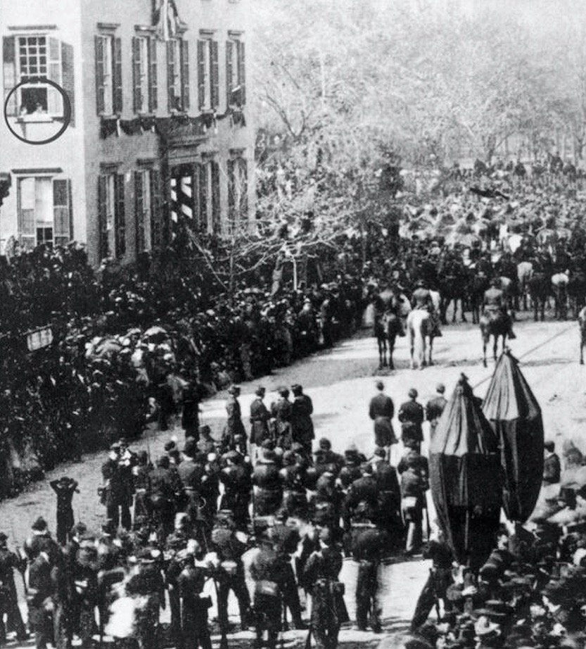 6-year-old future President Theodore Roosevelt (circled) watches Abraham Lincoln funeral cortège in NYC, 1865: https://t.co/yGvHqVSqkl