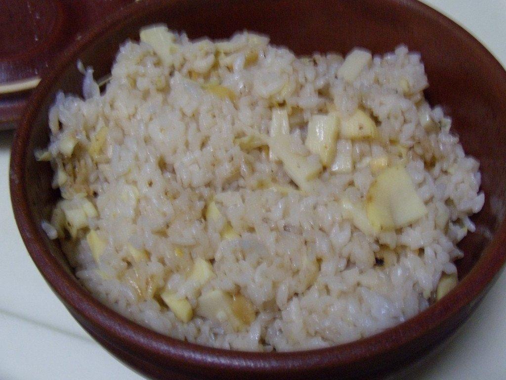 タケノコご飯で~す。TV「ワカコ酒」で皮付けたままの焼きタケノコやってたので小さいのを魚焼きグリルで焼いて食べたら、写真