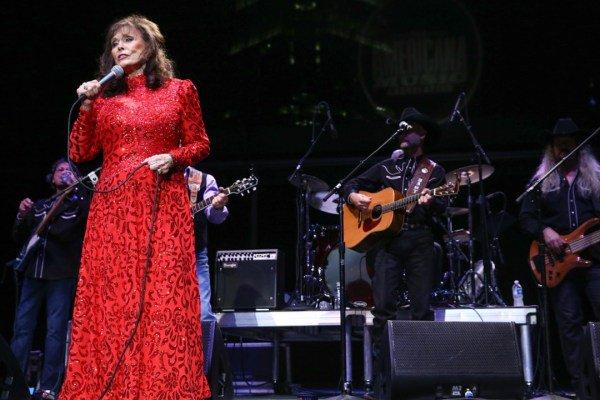 Concertgoers Sing \Happy Birthday\ to Loretta Lynn at the Ryman [WATCH]