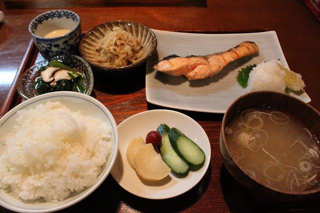 「ワカコ酒」といえばseason1の第1話で紹介された京王線の代田橋にあるしゃけ小島の上しゃけ定食は絶品だった♪1,55