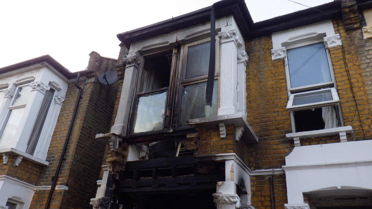 Windows blown out at #Walthamstow house as lithium battery blaze causes aerosol cans to explode https://t.co/mRy1lXKUHj