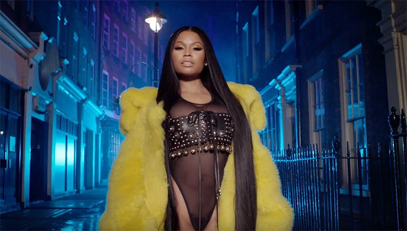 All hail the queen. Nicki Minaj holds court with Drake and Lil Wayne in the royal video for 'No Frauds' https://t.co/GUoH3iaIuH 👑👑👑
