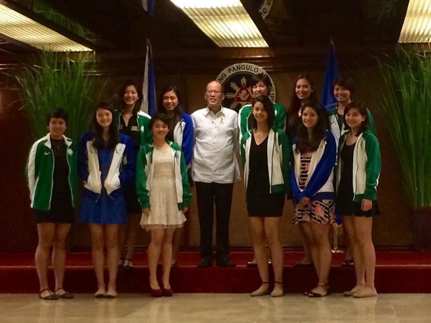 President Aquino with members of the Ateneo and DLSU women's volleyball teams http://t.co/rIlmCcgByO