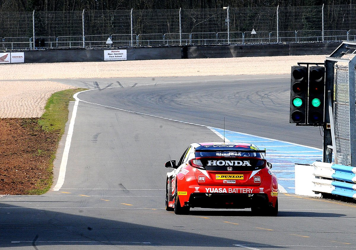 First lap for @gordonshedden in the @hondaracingbtcc Type R #BTCCisHere #BTCC http://t.co/t3Ov4G7wqD