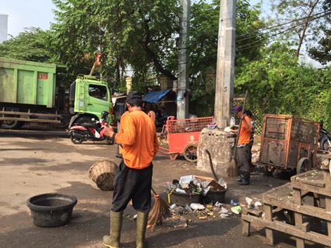 Bbrp bulan ini, depan makam Karet Bivak jadi arena bongkar muat sampah, shg trotoar tak bisa dilewati @trotoarian http://t.co/kFOnto0iSn