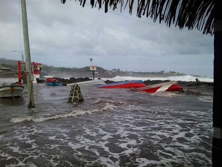 """Ojo """"@jcgonzalezatton:  en Rapanui llevan 2 días con tormenta y marejadas peor que tsunami y no sale en noticiario. http://t.co/IlaZK0yq7Z"""""""